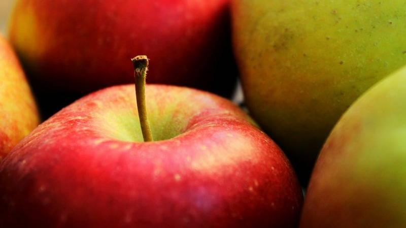 嘴唇起皮吃什么水果嘴唇起皮是怎么回事